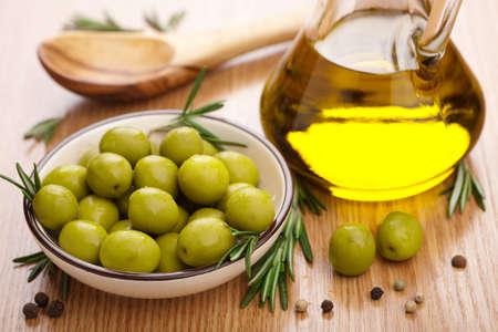 foglie ulivo: olive verdi e olio