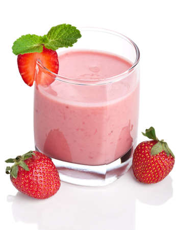 Strawberry smoothie: Frullato alla fragola isolato