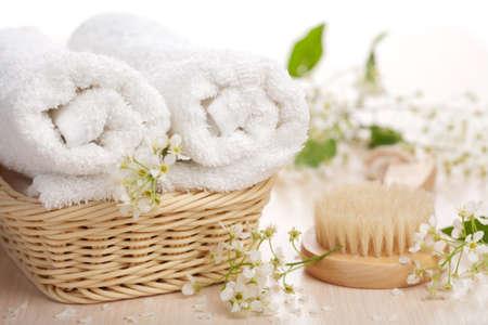 toalla: toallas de flores y cepillo de masaje Foto de archivo