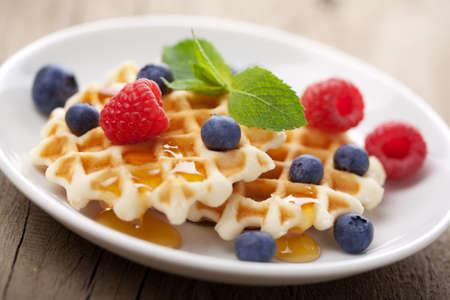 waffles: Waffles con bayas frescas y miel  Foto de archivo