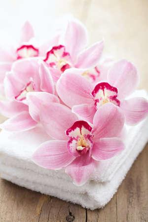 orchidee bloemen en handdoeken voor spa