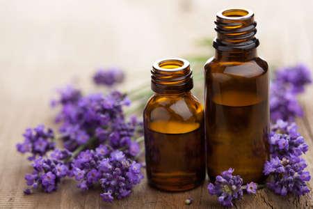 essentiële olie en lavendel bloemen