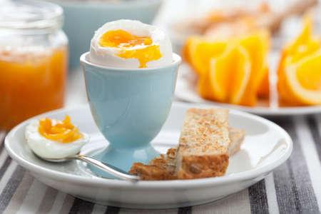 gekookt ei bij het ontbijt Stockfoto