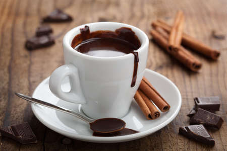chocolate caliente: chocolate caliente con canela