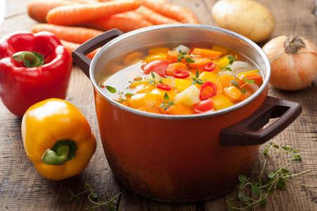 sopa de verduras en la olla