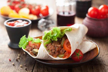 tortilla wraps met vlees en groenten