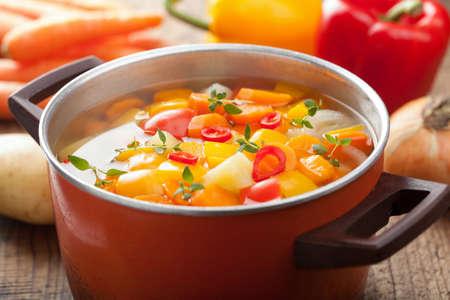 zöldségleves cserépben