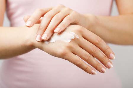 gyönyörű nő kezét krémmel