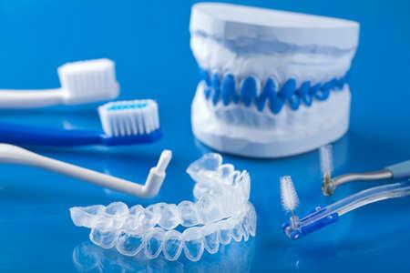 egyes fogat tálca fehérítő és fogkefe