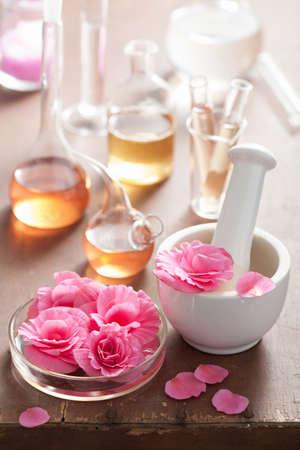 aromatherapie en alchemie met roze bloemen