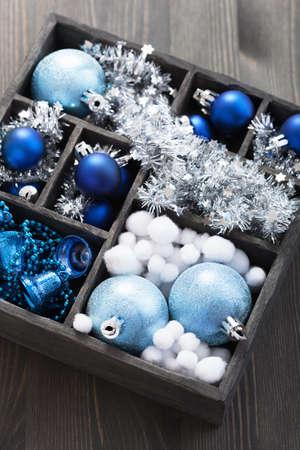zwarte doos vol met kerst decoratie Stockfoto