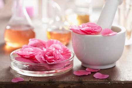 alchemie en aromatherapie met roze bloemen