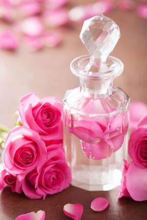 parfümös üveg és rózsaszín virágok spa aromaterápia