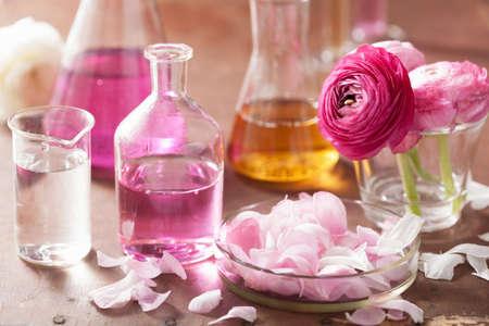 Alchemie en aromatherapie set met ranonkel bloemen en flessen Stockfoto - 28243186