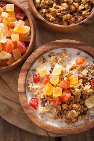 frutas secas: granola saludable con frutas secas para el desayuno Foto de archivo