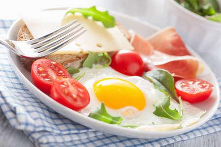 jamon y queso: tomates jamón de huevo frito para el desayuno saludable Foto de archivo