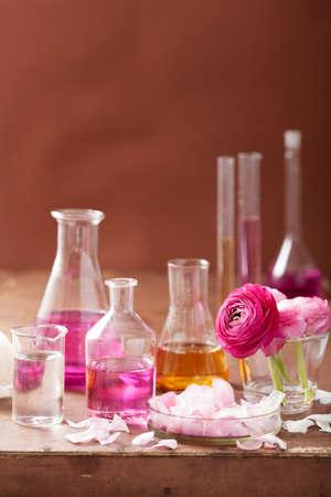 alkímia és aromaterápiás szett boglárka virágokkal és flakonok Stock fotó
