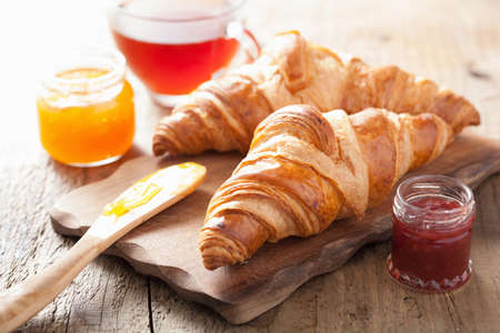 아침 식사로 잼이있는 신선한 크로와상