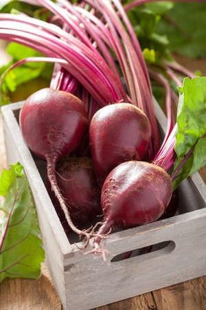 fresh beet in wooden box Stockfoto