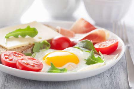 gebakken ei ham tomaten voor gezond ontbijt