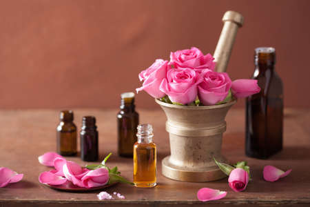spa és aromaterápiás szett, rózsa virágok malter illóolajok Stock fotó