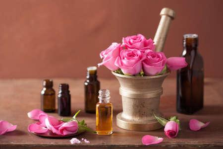 spa en aromatherapie set met roze bloemen mortel essentiële oliën