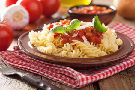 トマトソースとバジルとイタリアン パスタ フジッリ