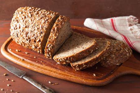 당근과 씨앗과 함께 건강한 곡물 빵