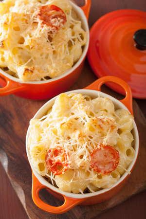 macarrones: macarrones al horno con queso en la cazuela de naranja Foto de archivo