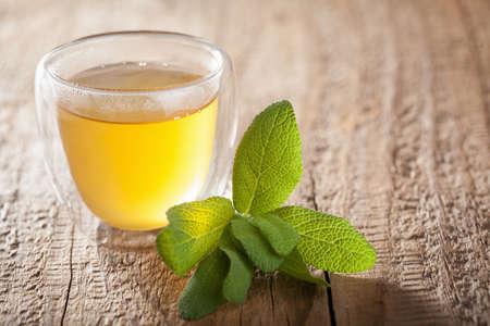 kruiden salie thee met groene bladeren in glazen bekers