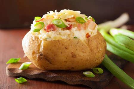 sült krumpli héjában, szalonnával és sajttal