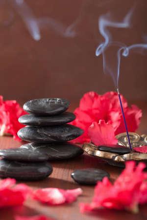 incienso: flores de azalea palillos de incienso masaje de piedras negras para spa aromaterapia Foto de archivo