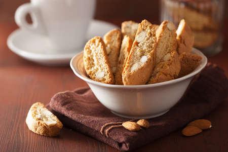 traditionele Italiaanse cantuccini koekjes en koffie