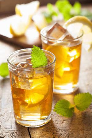 bebidas frias: vaso de t� helado con lim�n y melissa
