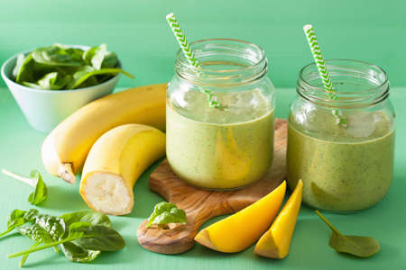 healthy green smoothie with spinach mango banana in glass jars 스톡 콘텐츠
