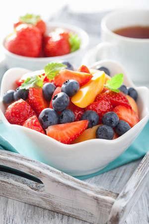 ensalada de frutas: ensalada de frutas con arándanos fresa albaricoque