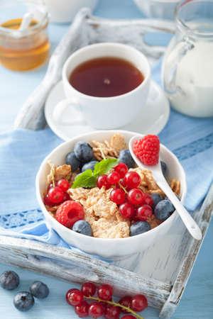 alimentacion sana: desayuno saludable con copos de maíz y bayas