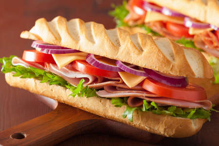 bocadillo: largo baguette con lechuga tomate queso jamón Foto de archivo