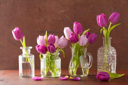 tulipan: piękne purpurowe kwiaty tulipanów bukiet w wazonach Zdjęcie Seryjne