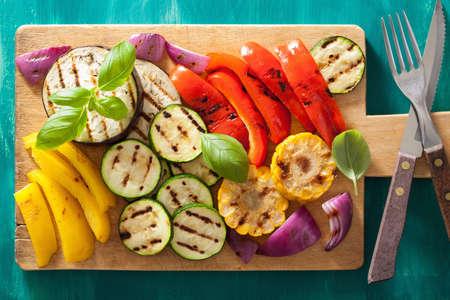 verduras: verduras a la parrilla sanos en tajadera Foto de archivo