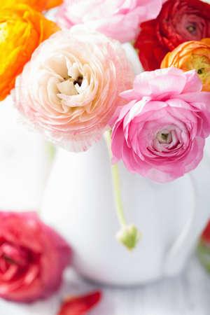 Hermosas flores ranúnculo en florero Foto de archivo - 41631829