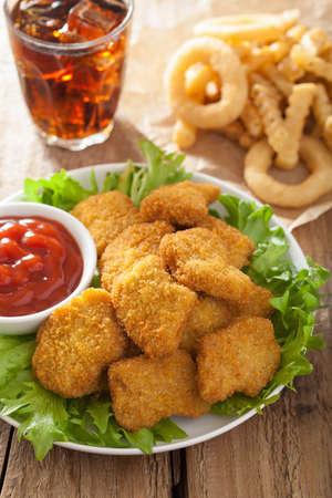 cebolla: nuggets de pollo de comida rápida con la salsa de tomate, papas fritas, refrescos de cola