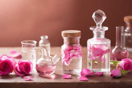 quimica organica: la alquimia y el conjunto de la aromaterapia con flores color de rosa y frascos