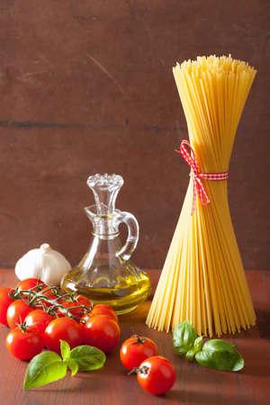 Roh Nudeln Olivenöl Tomaten. Italienische Küche in rustikale Küche