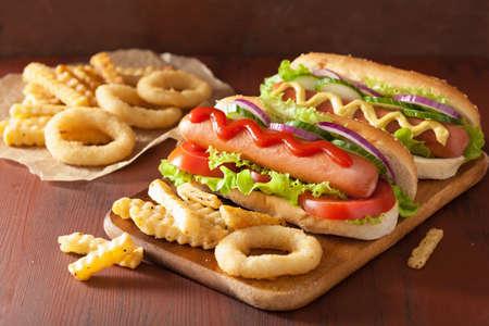 comida chatarra: hot dog con verduras de mostaza salsa de tomate y papas fritas Foto de archivo