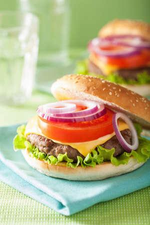 carne asada: hamburguesa con queso hamburguesa de ternera cebolla lechuga tomate Foto de archivo