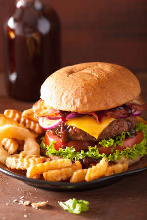 bollos: tocino hamburguesa de queso con cebolla tomate hamburguesa de carne vacuna