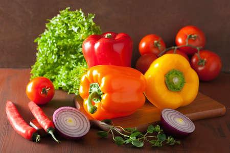 pimenton: vehículos sanos pimienta ensalada de tomate cebolla en el fondo rústico