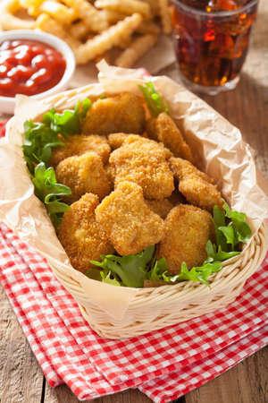 nuggets de poulet de la restauration rapide avec du ketchup, frites, cola