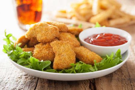 comida rapida: nuggets de pollo de comida rápida con la salsa de tomate, papas fritas, refrescos de cola